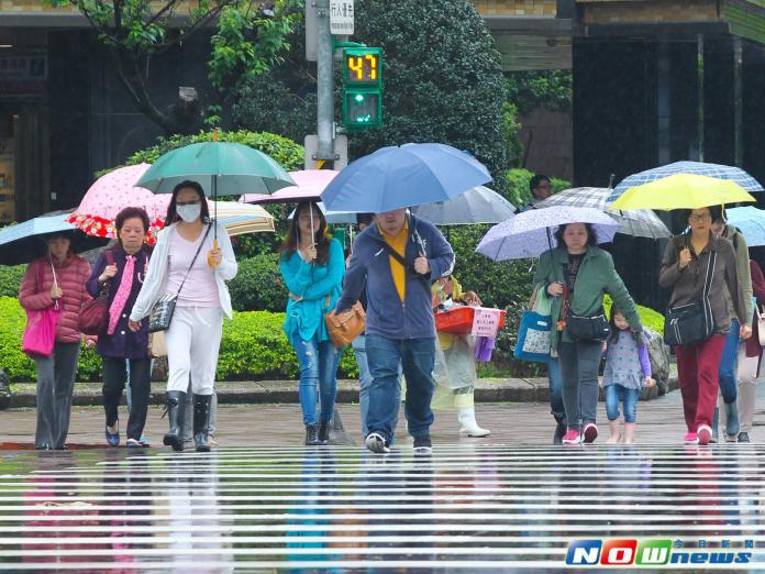 ▲下周各地氣溫偏涼,仍有機會下雨。(圖/NOWnews資料照)