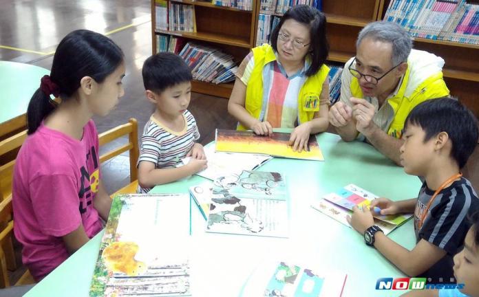 旅居海外退休夫妻返台當<b>陪讀</b>天使 讓學童愛上英文