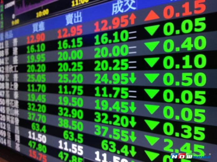 ▲台北股市 9 月 22 日開盤跌 6.79 點,加權股價指數以 10571.65 點開出,隨後走勢向下。(圖/NOWnews 資料照片)