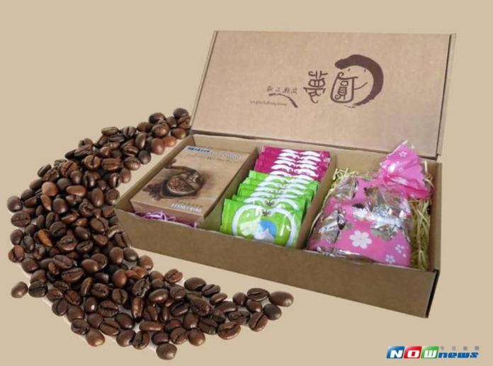 ▲圓夢庇護工場推出咖啡結合梅子與方塊酥等組合伴手禮。(圖/記者洪佳伶翻攝 , 2017.09.18)