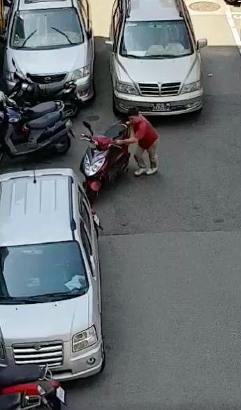 影/超自私!他亂移5機車丟路邊 就為了停自己的愛車