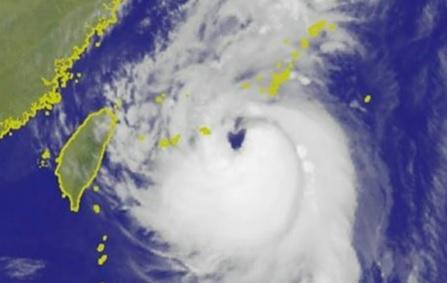 ▲根據氣象局在今\\(13\\)日上午6點多捕捉到的衛星雲圖可見,泰利的颱風眼十分清晰,竟然是一個愛心的形狀,這樣特殊的造型也讓許多網友大呼「超萌der(的)!」(圖/翻攝自中央氣象局 , 2017.09.13)