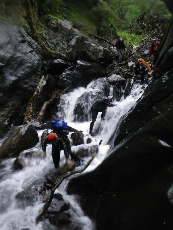 ▲巡山員的工作經常需要跋山涉水。(圖/記者李清貴翻攝