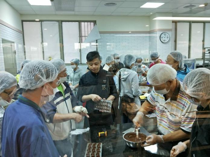 ▲Feeling18度C巧克力工房蔡佳峰受邀教授巧克力手作課程。(圖/水保局提供,2017.09.01)