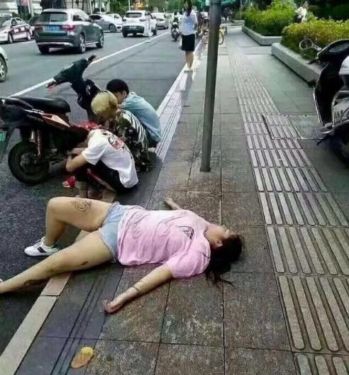 好心酸!她橫躺路邊想被撿屍 旁邊3男卻裝沒事