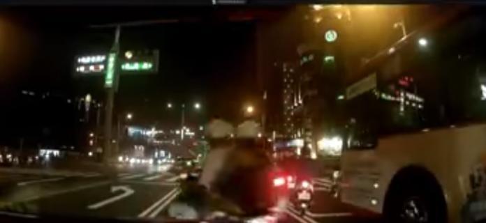 ▲一名機車騎士載著妹在車陣中耍帥亂鑽。(圖/翻攝自爆料公社)