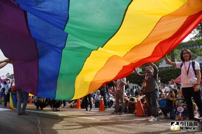 ▲遊行現場拉起大型彩虹旗力挺婚姻平權。(圖/記者陳明安攝 , 2017.10.28)