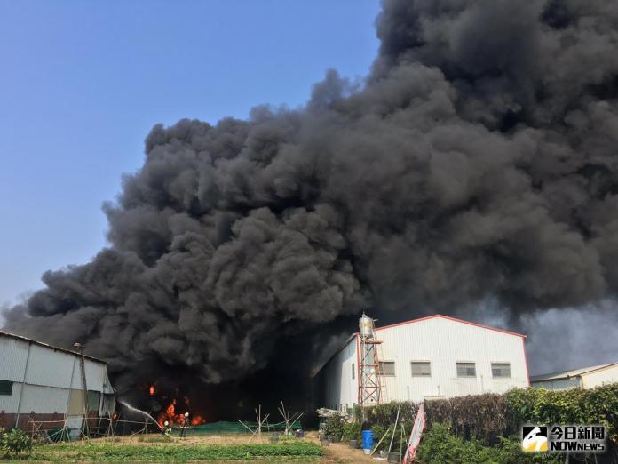 快訊/高雄橋頭塑膠材質工廠大火 警消搶救中
