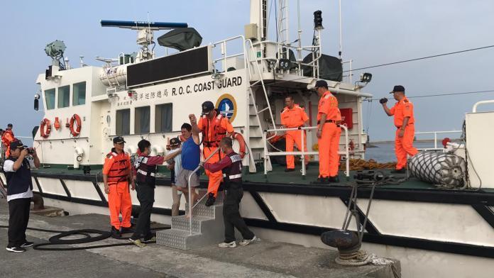 外籍貨輪「民安輪」棄船 海巡連夜救援13人