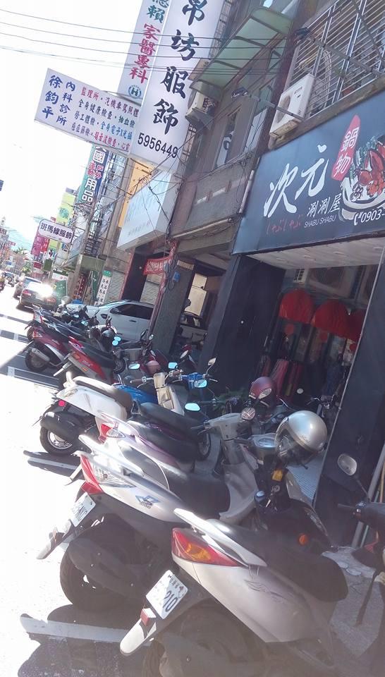 ▲竹東鎮長春路上機車亂停,造成民眾難以通行。(圖/翻攝自「我是竹東人」 , 2017.10.11)