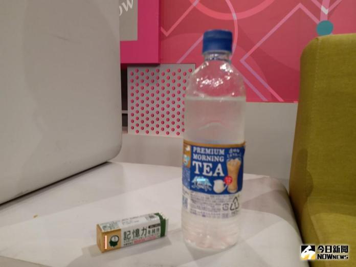 ▲透明奶茶和記憶口香糖,根據台灣法規,有標示的爭議。(圖/NOWnews)