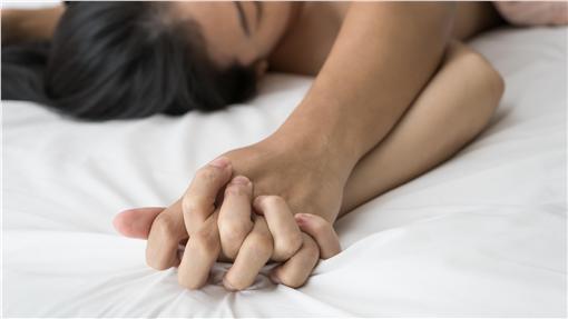 ▲我國刑法明定通姦罪的成立要件,必須要「抓姦在床」,也就是向法官證明有性器官交合,或讓法官認為有才構成「通姦罪。(示意圖/