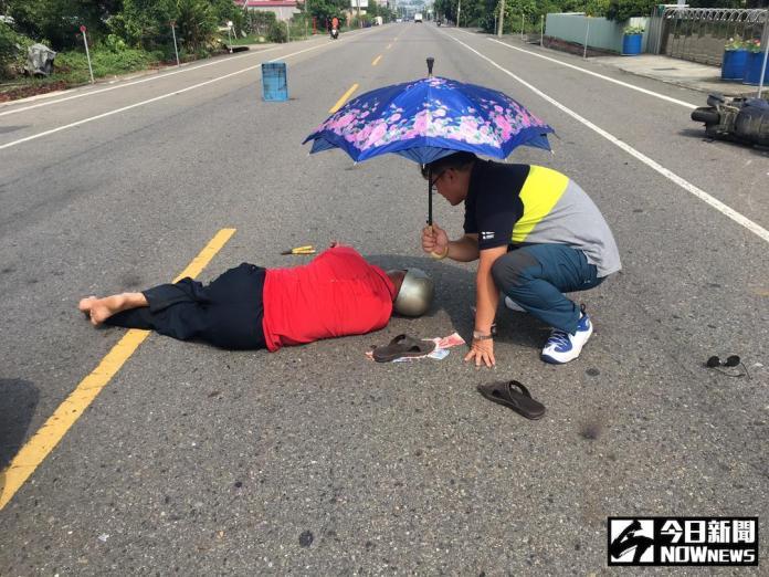 員警路過車禍借傘幫老翁<b>遮陽</b> 善舉受民眾稱讚