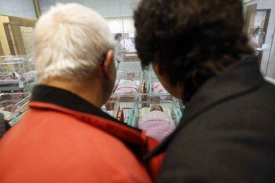 育嬰假21萬餘人受惠(1) 總統馬英九12日說,申請育嬰留職津貼,至今已有21萬9000餘人受惠,金額新台幣192億元;這個政策不是「看得到吃不到」。圖為民眾探視新生兒。圖文/中央社記者董俊志              103年2月12日