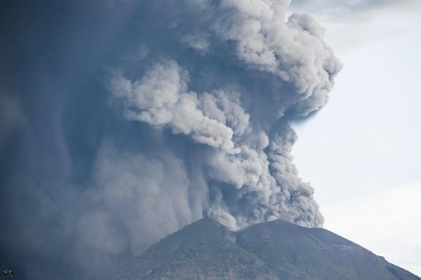 峇里島火山又噴煙恐爆發 火山灰影響多個<b>國際航班</b>取消