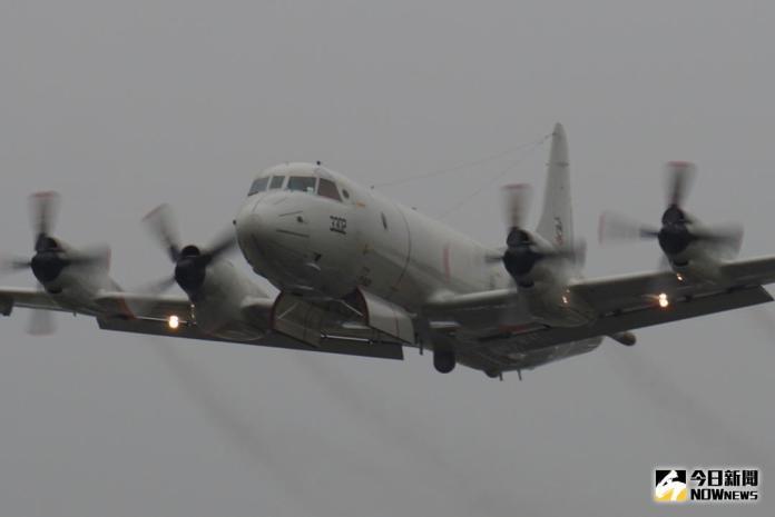 ▲P-3C反潛機低飛打開炸彈艙門。(圖/記者呂烱昌攝)