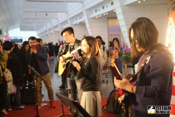 桃園機場耶誕樹點燈辦音樂會 徐佳瑩唱機場之歌饗旅客
