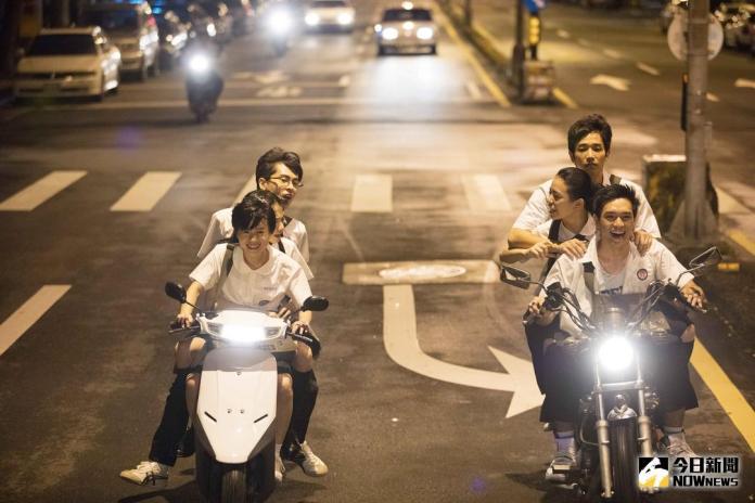 ▲這場騎車並排互鬧戲碼,結果真的「犁田」了。(圖╱星泰娛樂,2017.11.10)