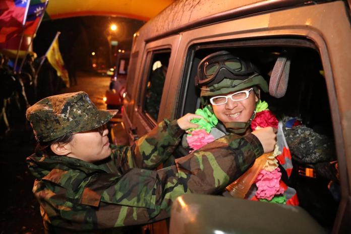 ▲陸軍第六軍團機步269旅於3日圓滿完成「長青16號」操演任務,參與演習部隊返回駐地接受熱烈歡迎。(圖/陸軍司令部提供 , 2017.11.4)