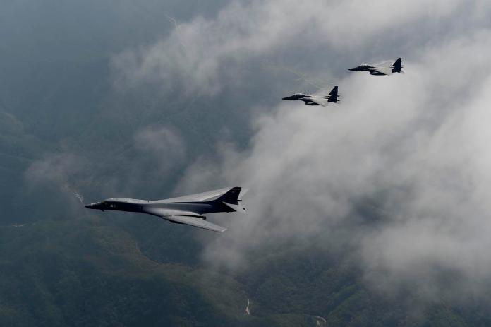 關島安德森空軍基地部署有B-1B戰略轟炸機(下),能夠對北韓先發制人攻擊。(圖/美國空軍 , 2017.8.10)