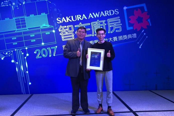 左:李安勝主任與學生張景融參加頒獎典禮。〔圖/嘉大提供2017.12.28〕
