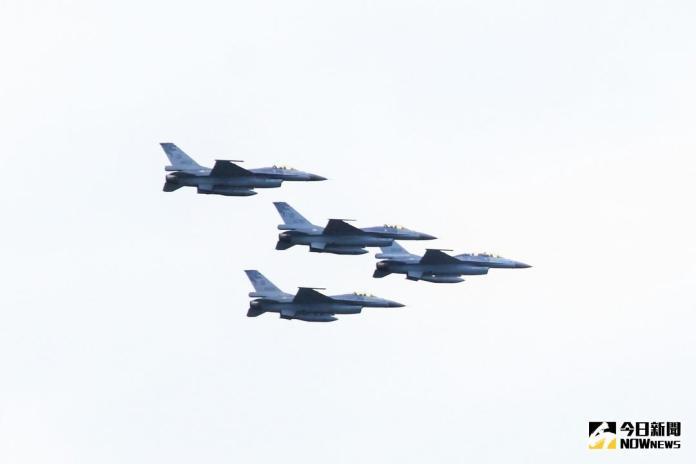 ▲當天清晨將由空軍第五戰術混合聯隊長陳黃榮率隊重裝上陣,執行F-16戰機編隊飛行衝場任務。(圖/記者鄭志宏攝)
