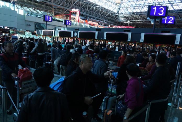 又鬧笑話!桃機二度跳電櫃台摸黑 延誤6航班上千旅客