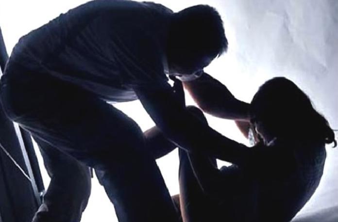 ▲可惡的林男在性侵過程中,用手機拍下性愛影片,逼迫阿美要「邊做邊笑」,否則就要再毆打她。(示意圖/NOWnews資料圖片)