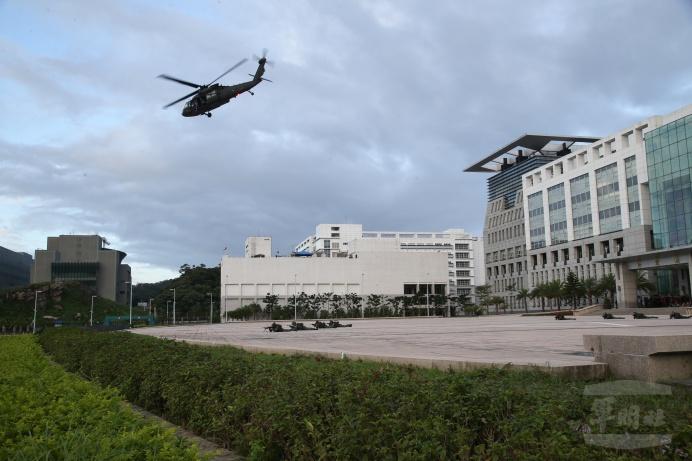 國防部14日辦理博愛營區直升機落地訓練。(軍聞社記者林澤廷攝)