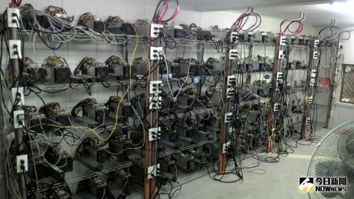 ▲暗藏在台中郊區的一處比特幣「挖礦場」,數十台以GPU作為中央處理器的礦機陳列在鐵架上,室內還必須開冷氣降溫。(圖/記者鄧力軍翻攝