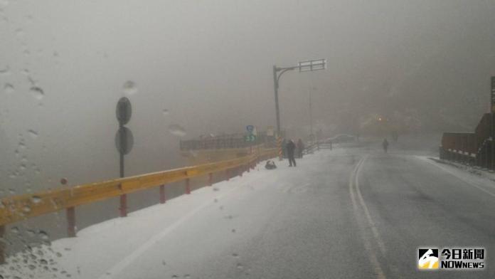 合歡山飄下今年第一場雪 民眾搶上山觀雪