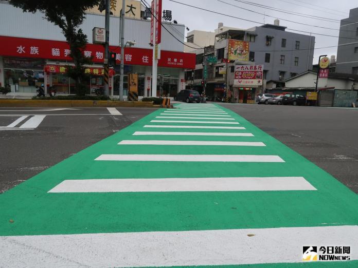 ▲新竹市在5處路口斑馬線,換上綠色防滑鋪面,提升行人交通安全。(圖/陳志偉攝,2017.12.04)