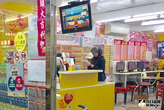 ▲ 今(30)日晚間威力彩連25摃,頭獎上看9.1億       。  (圖/林柏年攝 , 2017.11.30)
