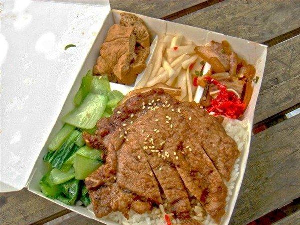 ▲便當方便又經濟實惠,主食和配菜應有盡有,深受不少台灣人喜愛。(示意圖/NOWnews資料圖片)