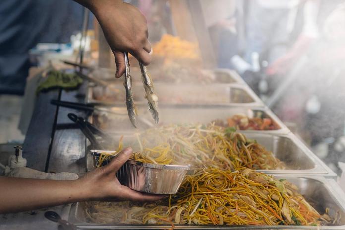 ▲女網友透露,日前到認識的叔叔開的路邊攤吃飯時,見到客人飯都快吃完了才抱怨「飯裡有頭髮」要退錢。(示意圖/pixabay)