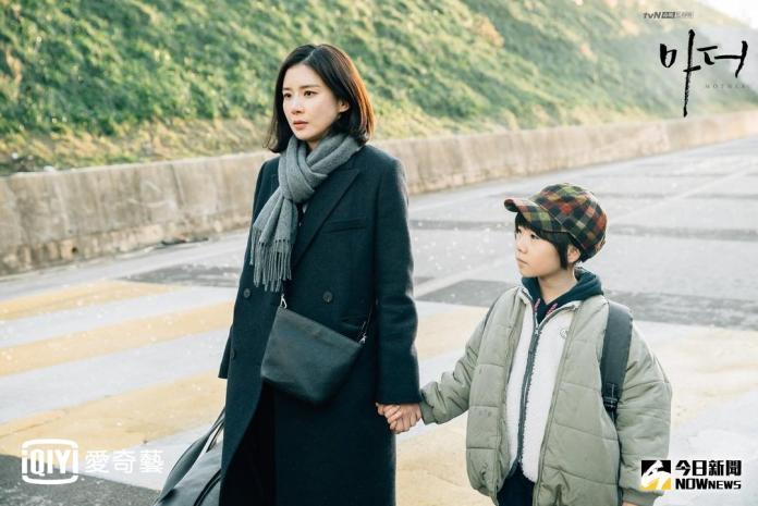 ▲李寶英(左)看不下去學生受虐,決定帶她逃離現有家庭。(圖/愛奇藝 , 2018.1.24)