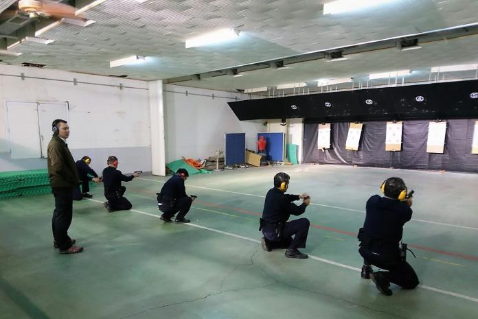 ▲警政署配發新式警用手槍,里港警召集所屬員警實施教育訓練,強化員正確用槍觀念確保執行安全。(圖/里港警分局提供)