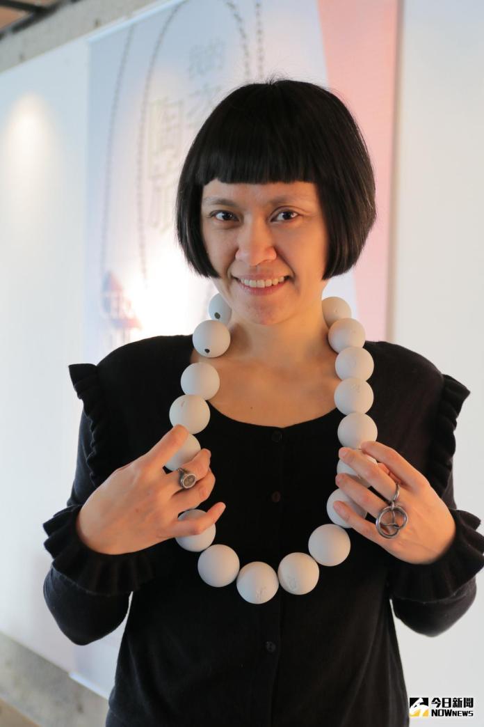 ▲藝術家吳淑麟的《回家之路系列─回憶的珍珠》,20顆陶瓷球表面刻上包含台灣及其他19個不同國家的地圖。(圖/記者陳志仁攝,2018.02.09)