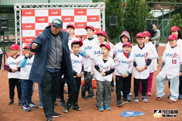 ▲張泰山出席「英語小小棒球尖兵」冬令營擔任一日教練。(圖/寶悍運動平台提供)