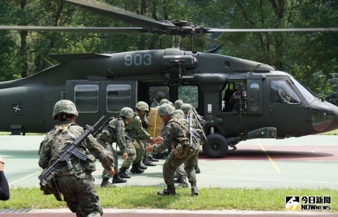 ▲陸軍航特部UH-60M黑鷹直升機實施物資運補演練。(圖/記者呂烱昌攝)