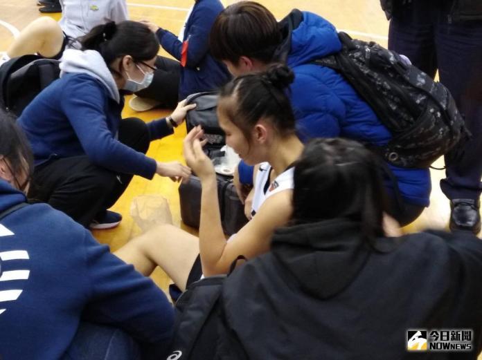 ▲淡水商工超級新人王玥媞,在輸給普門中學後淚灑球場。(圖/黃建霖攝)