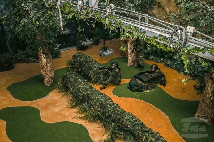 ▲ 陸軍南測中心舉辦「南部戰場抗壓體驗營」,學員在戰場心理抗壓模擬訓練館體驗戰場景況。(圖/軍聞社提供)