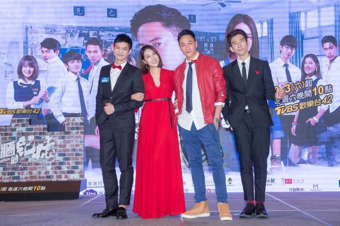 ▲何潤東(右二)邀請鄒承恩(左一)、修杰楷(右一)參與《翻牆的記憶》演出。(圖/TVBS提供,2018.02.28)