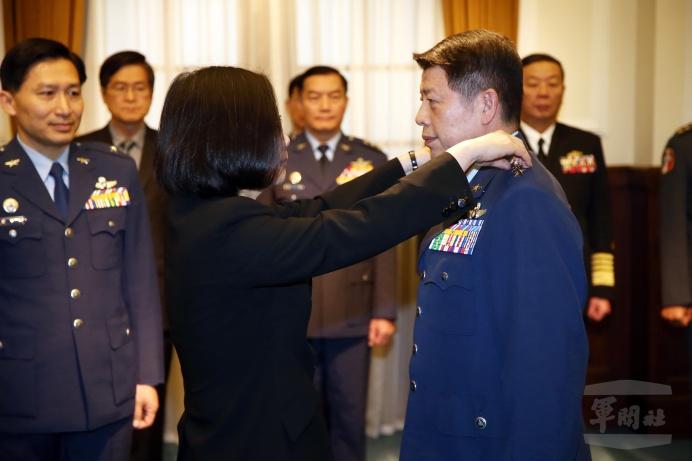 蔡英文總統1日於總統府授予新任空軍司令張哲平上將軍階。(軍聞社記者李一豪攝)