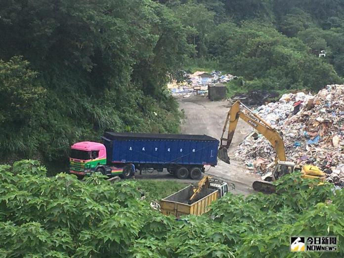 ▲竹東垃圾淹埋場長期爆滿,民眾擔心滲出的垃圾水將汙染下方頭前溪水。(圖/記者常似虎攝 , 資料照片)