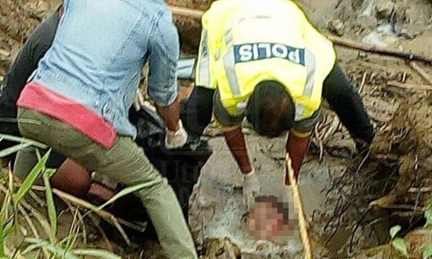 ▲以為女子僅是受困泥濘,拉出後卻驚見只有頭部沒有身體。(圖/翻攝自www.utusan.com)