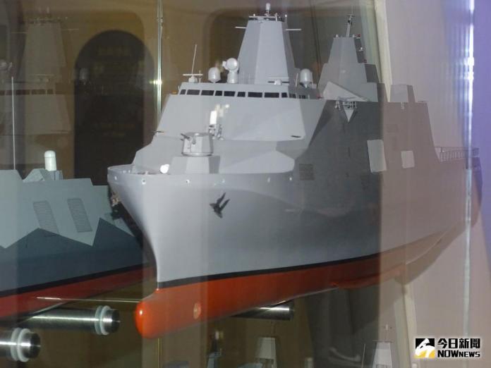 ▲左營海軍故事館中,展出海軍規劃建造的新型兩棲船塢登陸艦模型。建案代號為「鴻運計畫」。(圖/記者呂炯昌攝