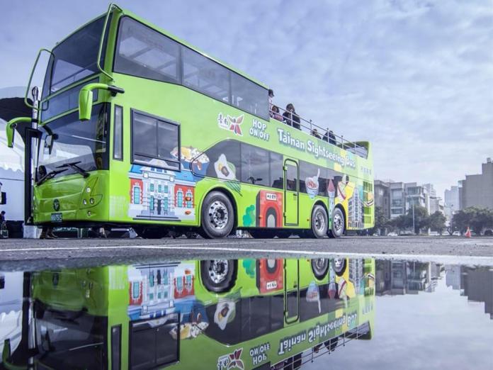 ▲台南雙層巴士、運河遊船,受到遊客歡選迎。(圖/台南市觀旅局提供,2018.03.15