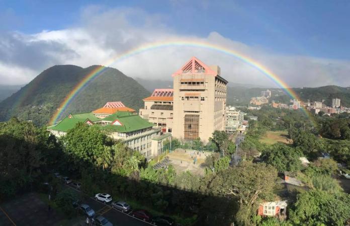 彩虹高掛文大天空9小時 成功打破金氏世界紀錄