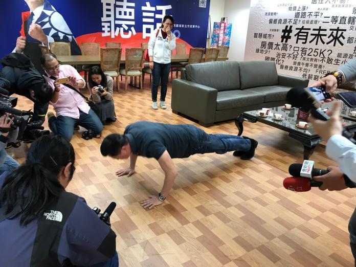 ▲前台北縣長周錫瑋在媒體的要求下,當場示範35下的伏地挺身。(圖/周錫瑋辦公室提供)